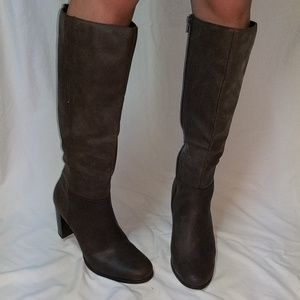 Tall Brown boot size 9, attention